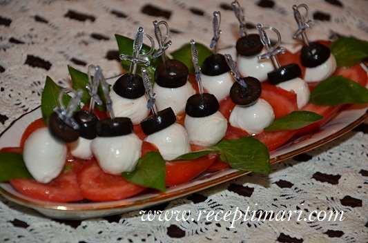 закуска из моцареллы с помидорами