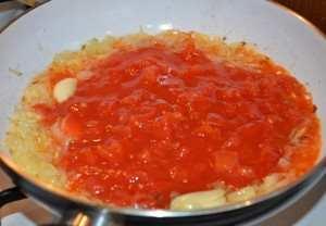 добавить консервированные помидоры