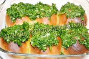 смазать пампушки чесноком и зеленью