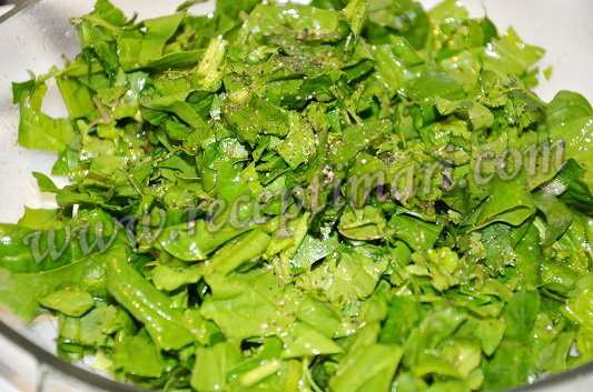 зелень и шпинат порубить