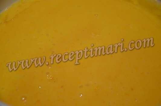 перелейте апельсиновое пюре в кастрюлю