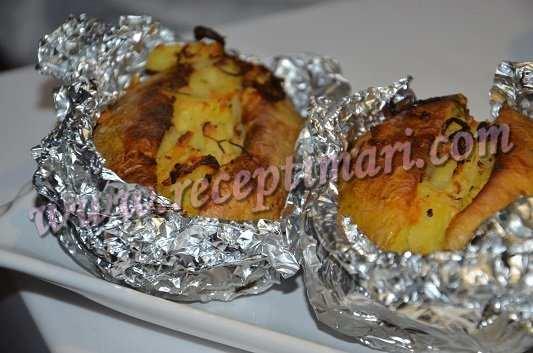 готовая запеченная картошка в фольге