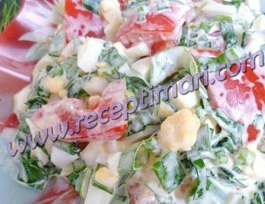 простой салат с черемшой и яйцом