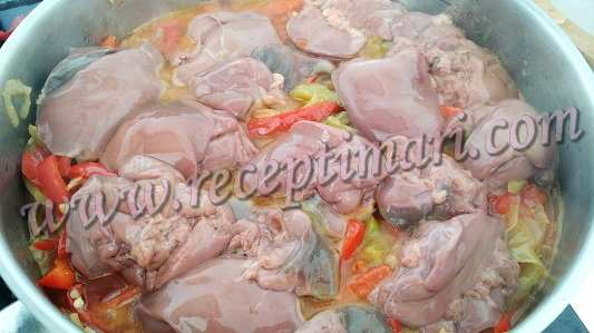 к луку перцу добавить куриную печень