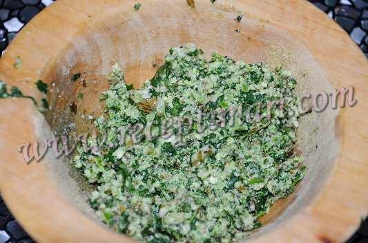 измельчить орехи и зелень