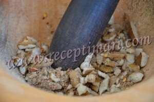 в ступке измельчить орехи