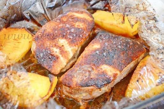 Утиные грудки с яблоками в духовке