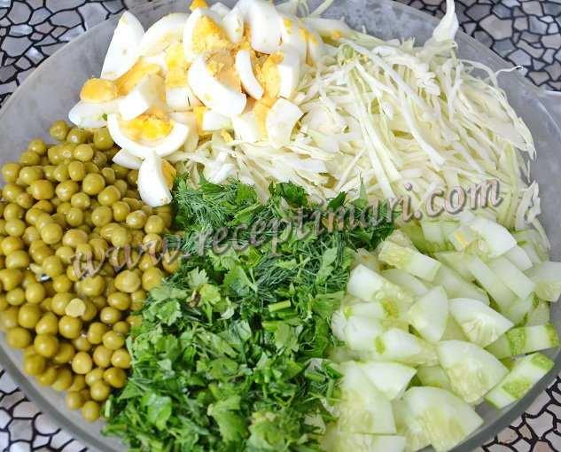 нарезать огурцы яйца и капусту