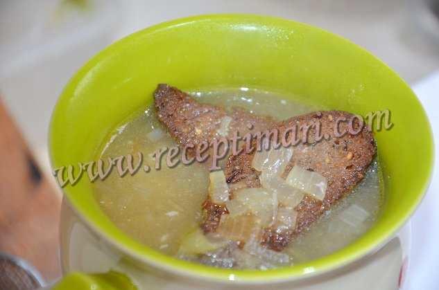 разлить луковый суп по чашкам