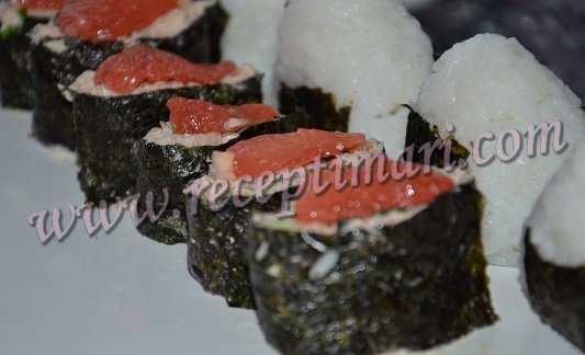 гункан с консервированным тунцом
