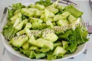 огурцы добавим к салатным листьям
