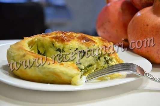 пирог из слоеного теста со шпинатом и сыром