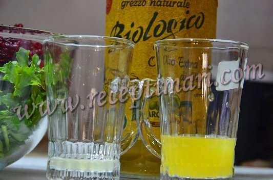 выжать сок с лимона и апельсина