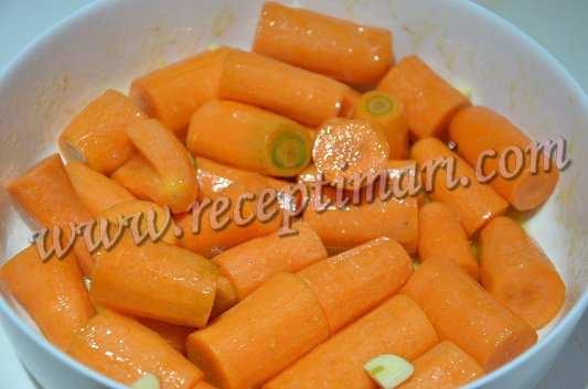 полить соусом морковь