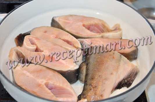 выложим лосось на сковороду