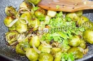 брюссельская капуста на сковороде