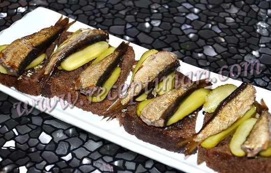 бутерброды со шпротами на жареном хлебе