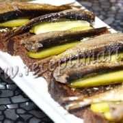 бутерброды со шпротами черным хлебом и чесноком