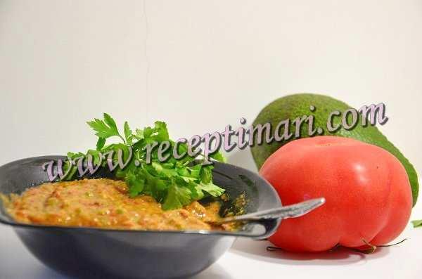 Гуакамоле с помидорами и чесноком