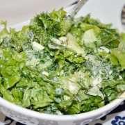 салат из салатных листьев с яйцами