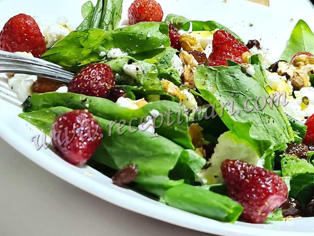 Салат из шпината и клубники