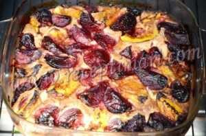 выпекать пирог из слив и персика