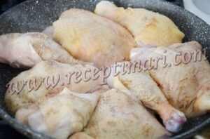 курицу сложить на сковороду