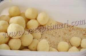 скатаем сырные шарики