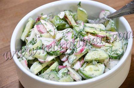 Вкусный и легкий салат из огурца и редиски.