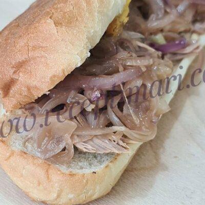 домашний сендвич с карамелизированным луком