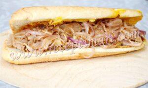 вкусный сендвич с луком