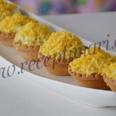 еврейская закуска с голландским сыром и яйцами